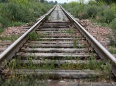 Treinspoor met onkruid